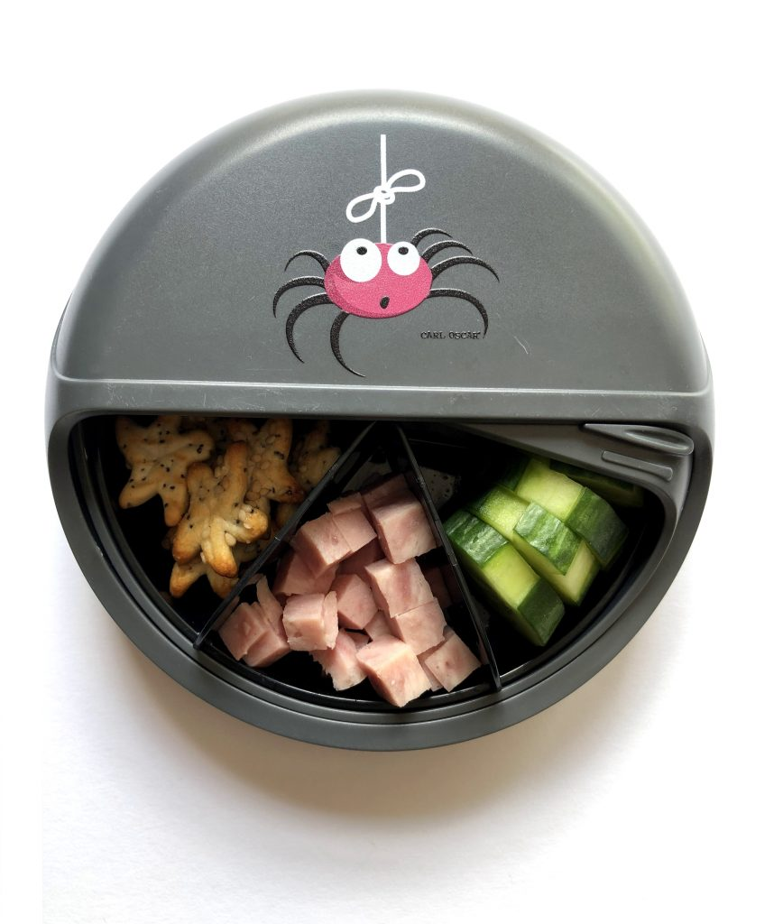 Snackdisk grijze spin van Carl Oscar 1 - deleukstelunch.nl